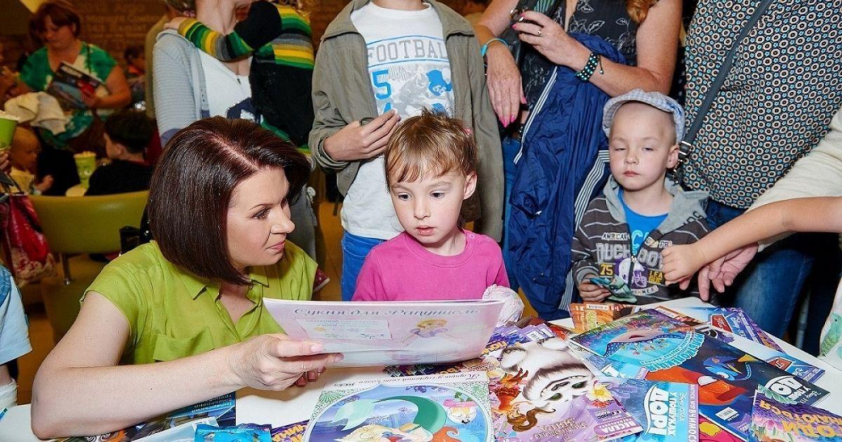 """Мазур із дітками переглянули мультфільм «У пошуках Дорі» @ прес-служба каналу """"1+1"""""""