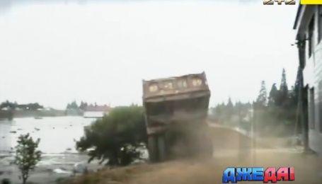 Где грузовиками перекрывают плотину, и результаты столкновения с фурой - международный обзор