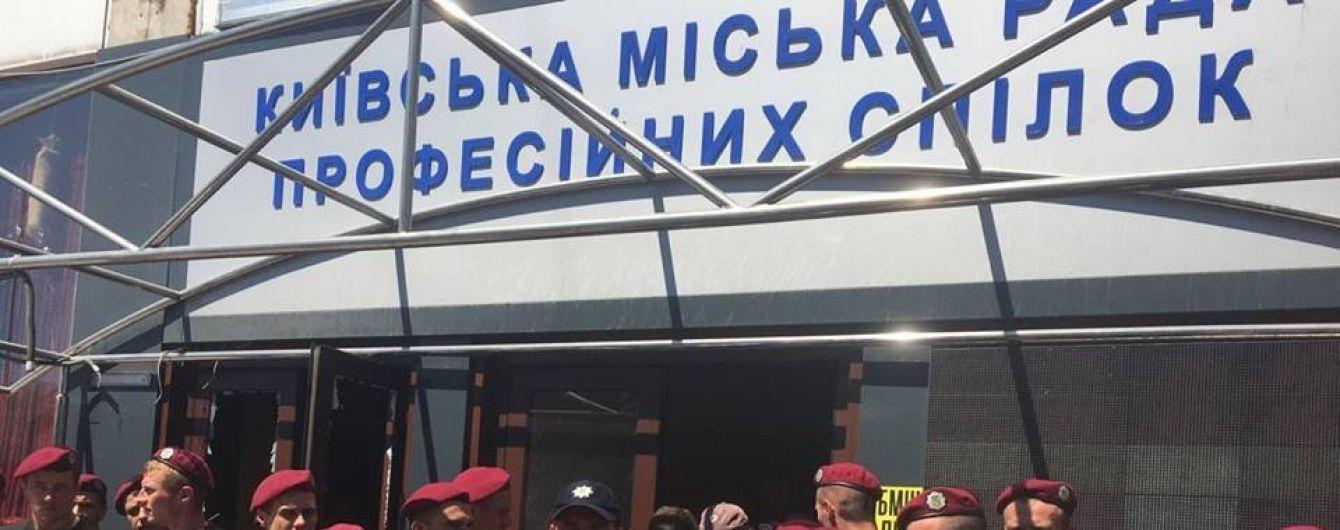Демонтаж надбудов на столичному Будинку профспілок затягнеться принаймні на місяць