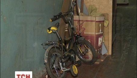В Харькове 1,5-летний ребенок упал с третьего этажа на асфальтовую дорожку