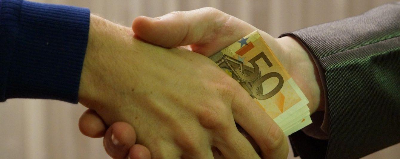 На Днепропетровщине задержали чиновника государственной исполнительной службы на взятке в полмиллиона гривен