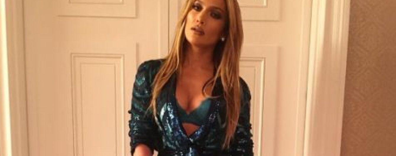Сексуальна Дженніфер Лопес у смарагдовому комбінезоні показала пишний бюст