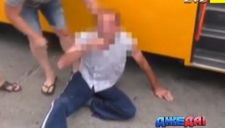АТОшники кулаками учили порядочности маршрутчика, который издевался над школьником