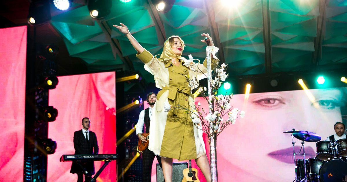 """Для открытия фестиваля певица выбрала роскошное золотое пальто от Walk of shame, исполнив свой хит """"Сдаться ты всегда успеешь"""""""
