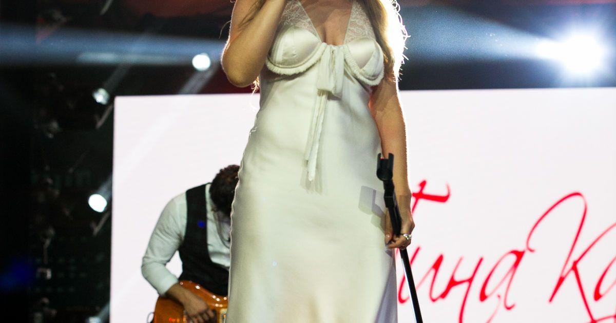 Какое концертное выступление Кароль без платья-ночнушки? Певица блистала на закрытии фестиваля в атласной ночнушке цвета слоновой кости