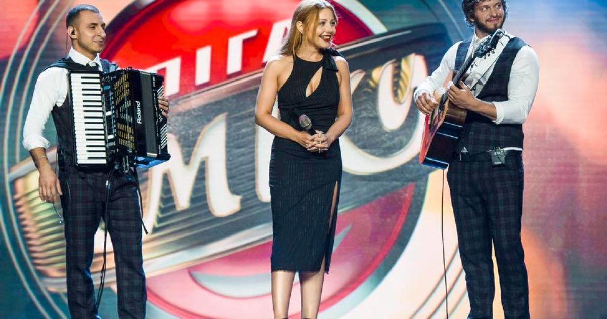 """Тина Кароль стала специальным членом жюри летнего кубка """"Лига смеха"""", и во второй день фестиваля вышла на сцену в платье от Versace"""
