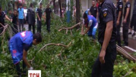 В Китае полиция с местными жителями убирает последствия третьего за этот год тайфуна