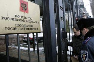 У Києві під посольство РФ принесли шини