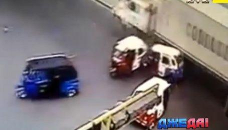 Погоня по-американски, ужасный дрифт фуры и неистовый трюк мотоциклиста - подборка аварий