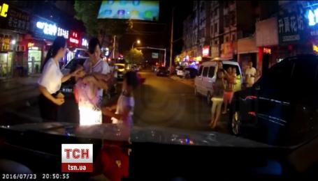 В Китае 4-летний ребенок попал под колеса авто