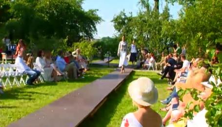 Відомі українки завітали на модний показ дизайнерки Оксани Караванської