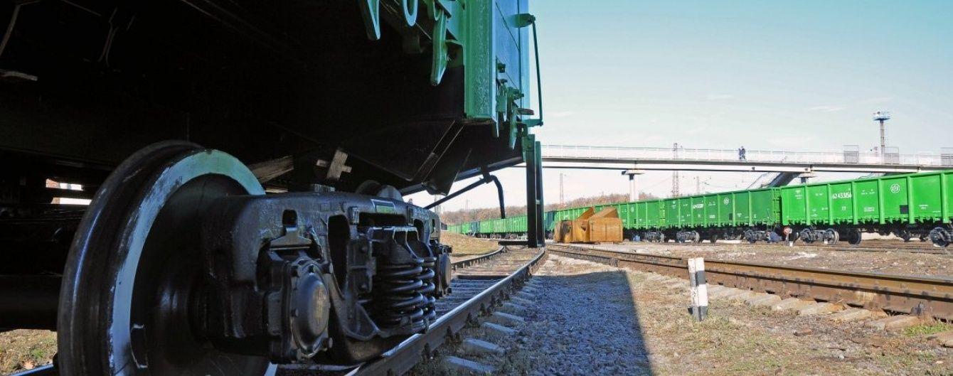 Двух подростков ударило током при попытке залезть на железнодорожные вагоны