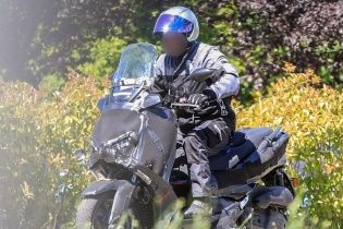 В Сети появились шпионские фото обновленных скутеров Yamaha XMax