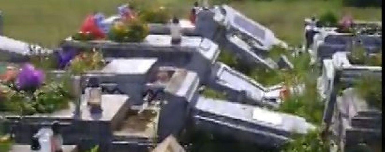 На Львівщині 23-річний вандал за ніч понівечив 150 надгробків на цвинтарі