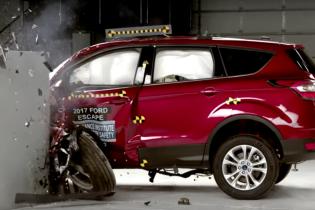 Ford Escape разбили на краш-тесте IIHS (Видео)