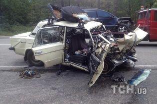 Під Києвом легковик протаранив інше авто та влетів у повну маршрутку