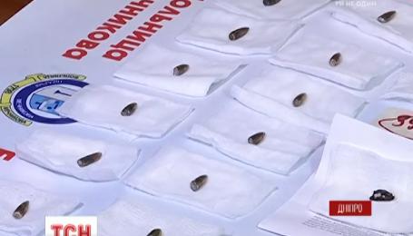 """Медики областной больницы Днепра показали """"экспонаты"""", которые за 27 месяцев вытащили из тел военных"""