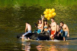 Пишногруді магістри та унітаз на воді. Як в Ужгороді змагалися на саморобних плавзасобах