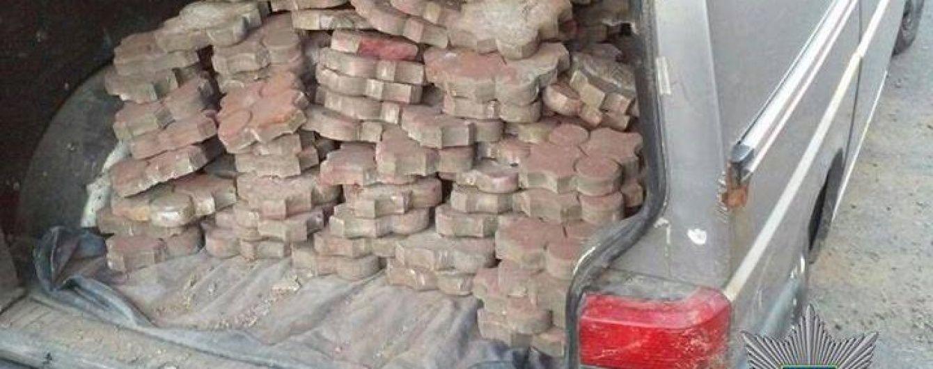 В Ужгороді патрульні затримали зухвалого крадія вуличної бруківки