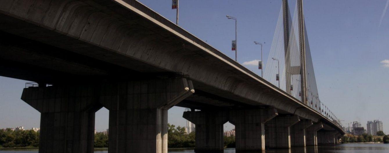 У Києві обмежили рух мостом із високою завантаженістю