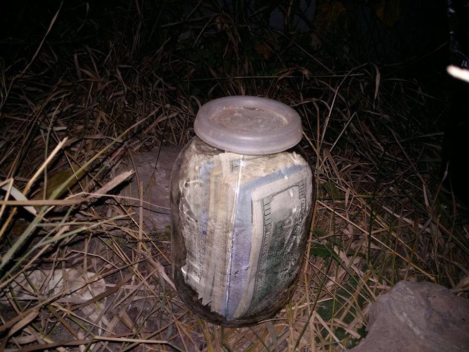 банка з доларами Чауса
