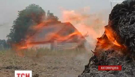 Житомирские спасатели не успевают тушить поджоги стерни на полях
