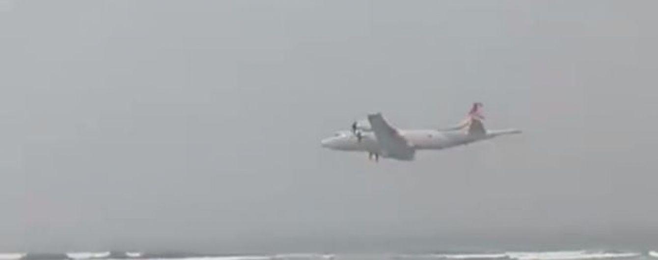 У Португалії літак занадто низько пролетів над узбережжям і налякав туристів