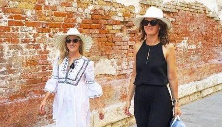 Известная голливудская актриса подчеркнула стройную фигуру платьями-вышиванками