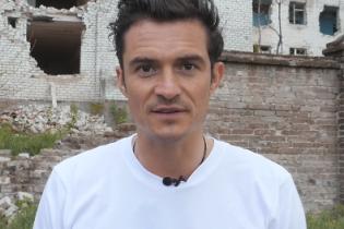 Блум на тлі розбомбленої будівлі записав відеозвернення до дітей Донбасу