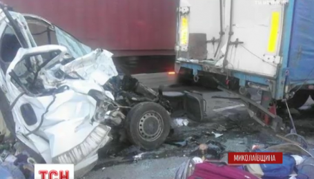 Смертельное ДТП на Николаевщине: микроавтобус на полной скорости врезался в фуру