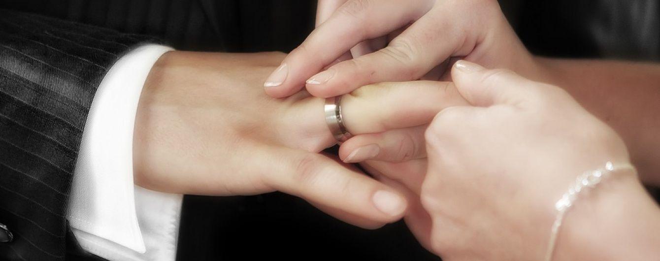 В Киеве разоблачили дельца, который фиктивно женил экс-чиновников РФ в розыске на украинках