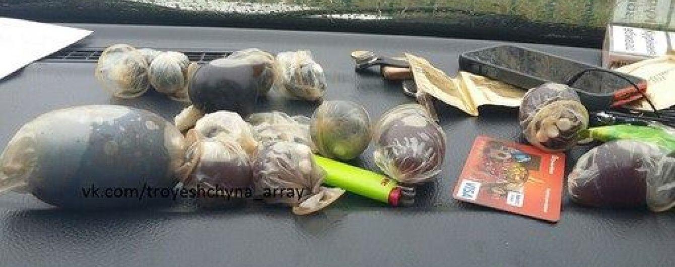 """На Троєщині полісмени затримали наркодилера з """"ширкою"""" у презервативах"""