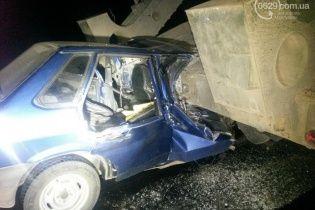 На Донеччині легкове авто в'їхало в тягач з військовою технікою, загинула жінка та дитина