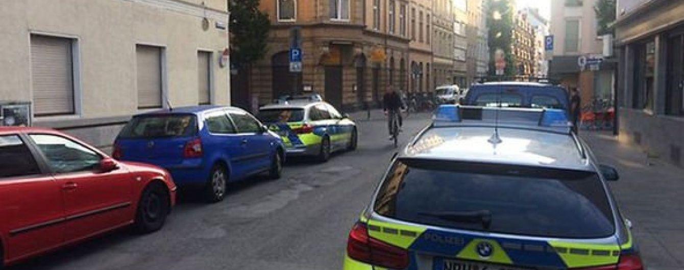 У центрі Кельна невідомі з ножем напали на чоловіка та відкрили вогонь по його авто