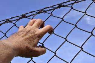 Минюст хочет раздать надзирателям в тюрьмах электрошокеры