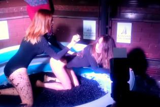 На святкуванні річниці рубля у Москві моделі билися у басейні з чорною ікрою