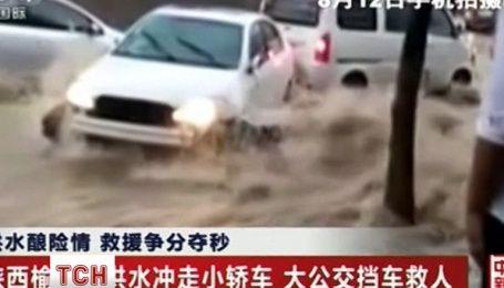 Зірвані мости, авто у воді та ріки багнюки. У Китаї вирує потужна повінь