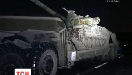 Два человека погибли от столкновения легковушки и тягача, который перевозил военную технику
