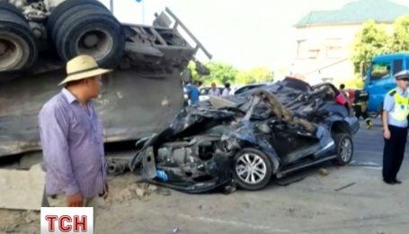 Два человека чудом выжили после того, как их автомобиль переехал грузовик