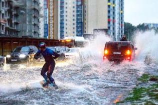 Московські екстремали покаталися затопленими вулицями на байдарках та вейкборах
