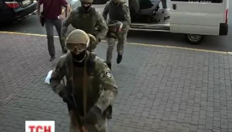 З вибитими дверима та журналістами провели обшук в офісі ДПСУ і на кордоні з Словаччиною