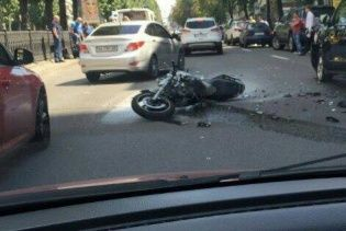 В центре Киева мотоцикл на скорости влетел во внедорожник и вспыхнул