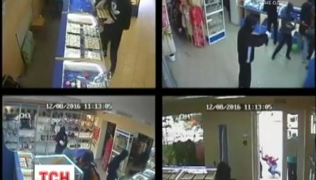 На Житомирщині невідомі зухвало пограбували ювелірну крамницю серед білого дня