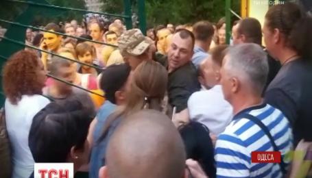 В Одессе люди снесли забор и металлические ворота, чтобы послушать лекцию известного певца