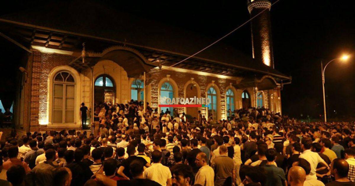 """Для прощання з кримінальним """"авторитетом"""" Джанієвим зібралося чимало людей і в місцевій мечеті @ qafqazinfo.az"""