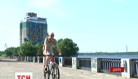 В Днепре взорвут отель, на котором изображен самый большой герб Украины