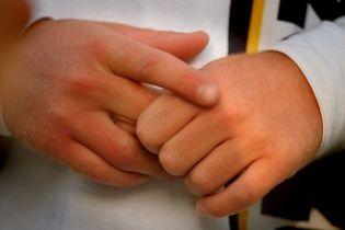 Исследователи опровергли миф о вредном хрустении пальцев