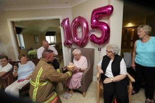 """Вигадливій британці на 105-й День народження """"подарували"""" пожежника з татуюваннями"""