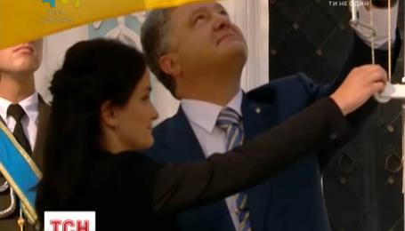 В День Государственного флага официально подняли украинский флаг в центре Киева