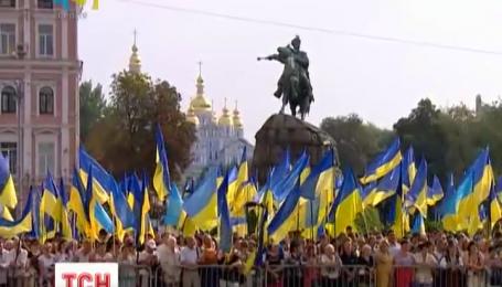В вышиванках и с символами праздника на Софийской площади отметили День флага